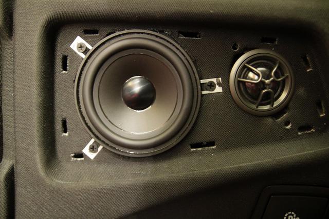 根据车主听音喜好,改装技师将汽车的前声场喇叭,改装成了美国来福宝马 三分频套装喇叭,它所播放出来的音乐高频部分高亢亮丽,极具穿透力;中音部分音色饱满,富有弹性;中低音部分下潜力度很深,使得音乐的力量感很强。经过分频器的合理调节,也可以让音乐的表现形式更为丰富。
